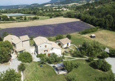Vue drone, champ de lavande, gîtes le Moulin